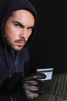 Hacker shopping en ligne avec un ordinateur portable