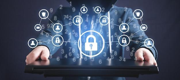 Hacker tenant un cadenas et un réseau. cybercriminalité