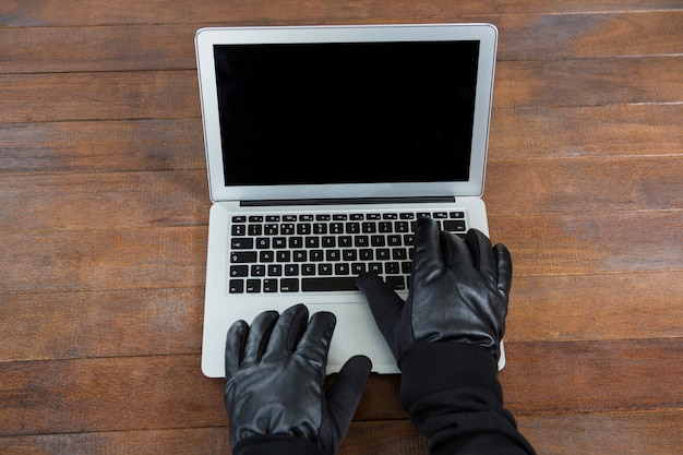 Hacker utilisant un ordinateur portable au bureau