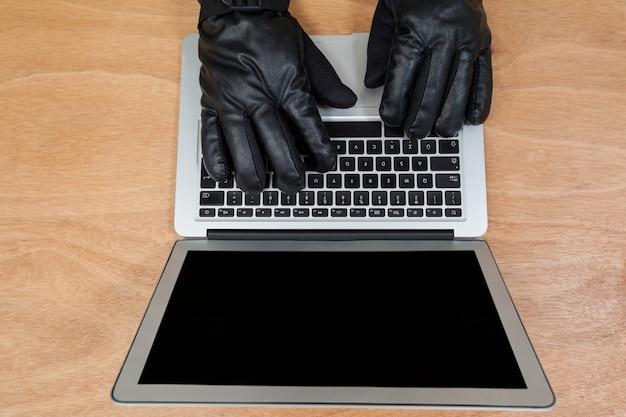 Hacker utilisant un ordinateur portable
