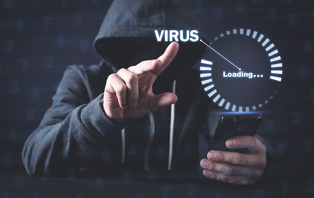 Hacker utilisant un smartphone. chargement de virus