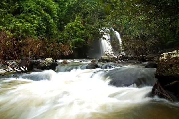 Haewsuwat chute d'eau dans les parcs nationaux, khao yai, nakhon ratchasima, thaïlande
