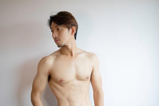 Haft body homme asiatique debout sans chiffons.