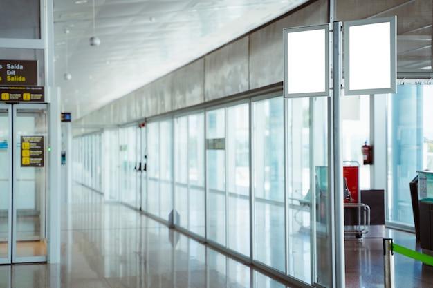 Hall de l'aéroport vide à l'enregistrement sans que personne ne fasse la queue. retarder le vol car annulation de vol et concept de voyage. tourisme et vacances en europe.