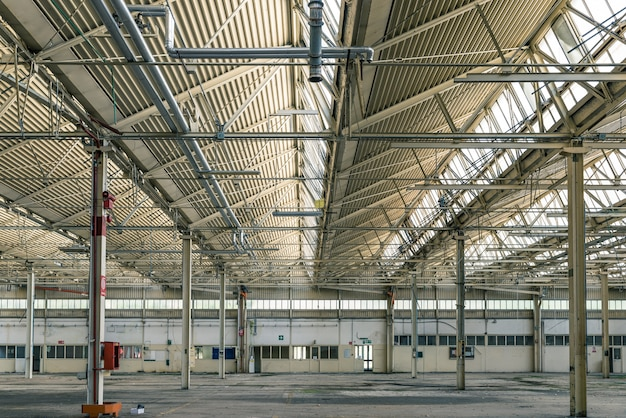 Hall industriel gâté et en ruine