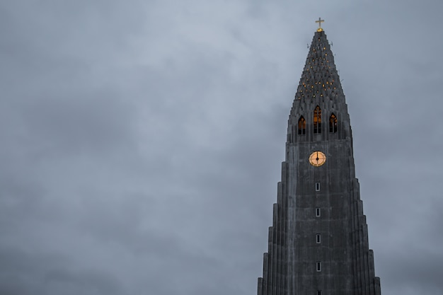 Hallgrimskirkja, cathédrale de reykjavik par temps nuageux, islande.