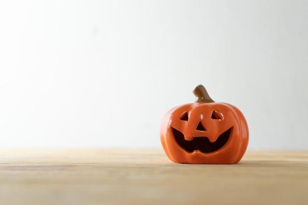 Halloween citrouille miniature sur table en bois planche sur fond blanc.