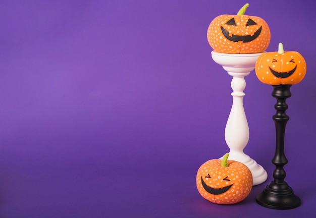 Halloween citrouilles heureux sur des supports en plâtre