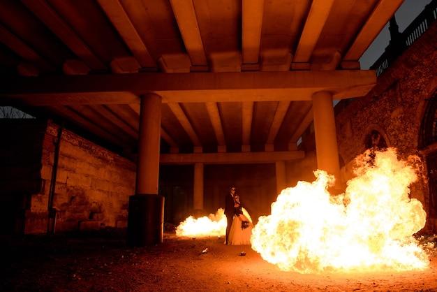Halloween couple debout avec lance-flammes