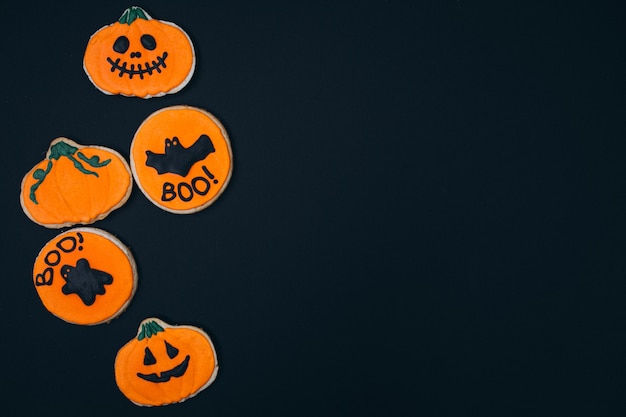 Halloween décoré de biscuits au gingembre faits maison