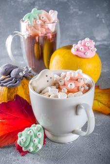 Halloween drôle chocolat chaud avec des guimauves