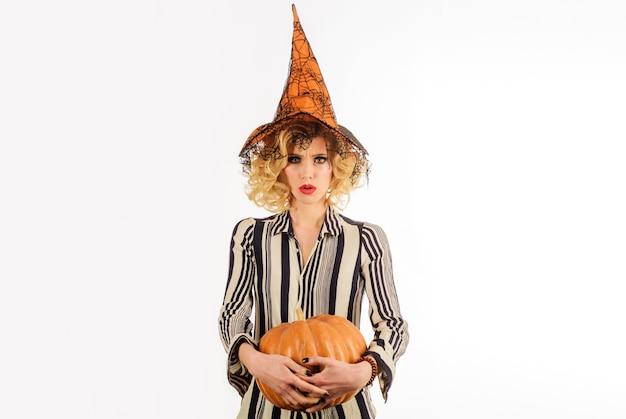 Halloween femme au chapeau de sorcière avec citrouille belle femme en costume de sorcière avec jackolantern