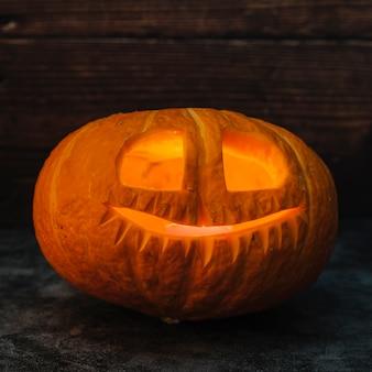 Halloween jack-o-lantern éclairant à la bougie de l'intérieur