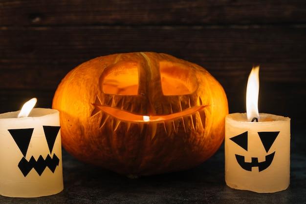 Halloween jack-o-lantern sculpté et bougies sur table