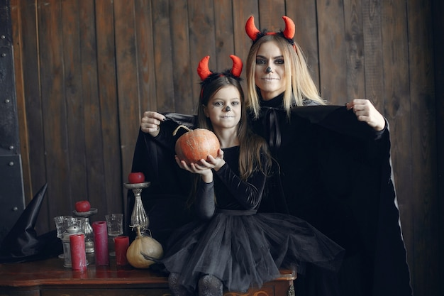 Halloween. mère et fille en costume d'halloween. famille à la maison.