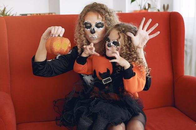 Halloween. mère et fille en costume d'halloween de style mexicain. famille à la maison.