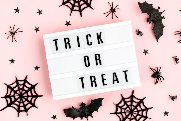 Halloween à plat de lightbox avec trick or treat texte et décoration
