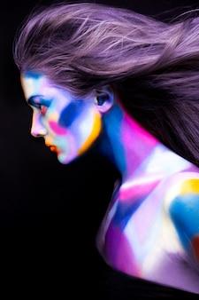 Halloween. portrait de jeune belle fille avec maquillage d'art
