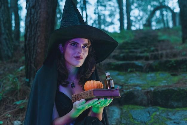 Halloween sorcière jeune fille wicca portant un costume noir