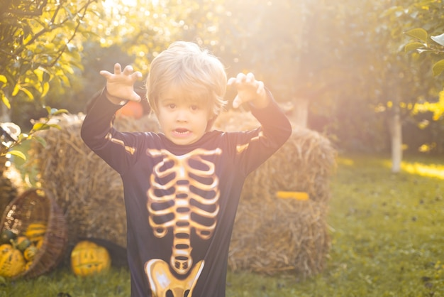 Halloween squelette enfant halloween enfants costume fête heureux riant enfant en costume d'halloween f ...