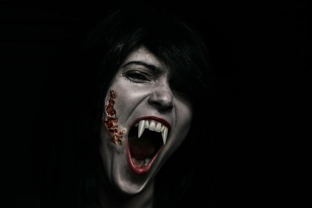 Halloween vampire belle femme sur noir