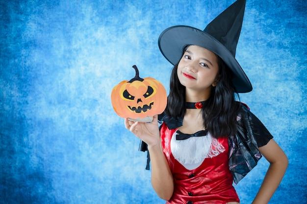 Halloween vempire sur fond bleu foncé.
