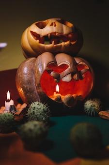 Halloween. yeux brillants et bouche d'une citrouille festive