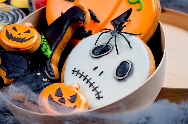 Halloweenon avec pain d'épices, citrouilles et bougies