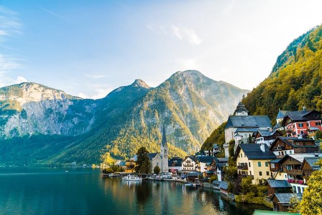 Hallstatt village sur le lac hallstatter dans les alpes autrichiennes