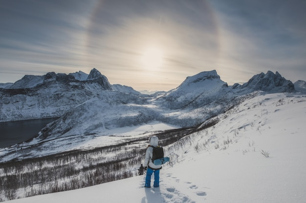 Halo solaire sur la chaîne de montagnes avec groupe d'alpinistes sur la colline de neige