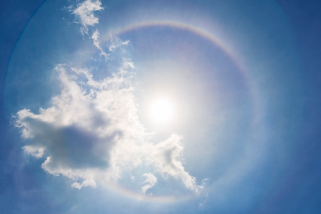 Halo de soleil dans le ciel bleu avec des nuages. fond de rêve, miracle et nature incroyable.