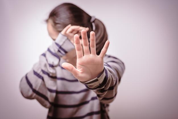 Halte à la violence à l'égard des femmes journée des droits humains liberté seule tristesse émotionnelle