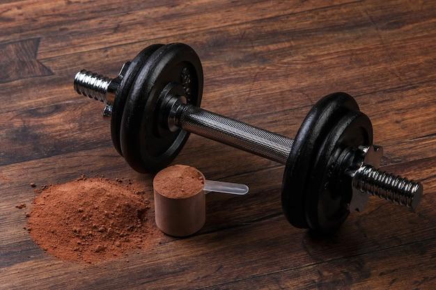 Haltère et protéines en poudre