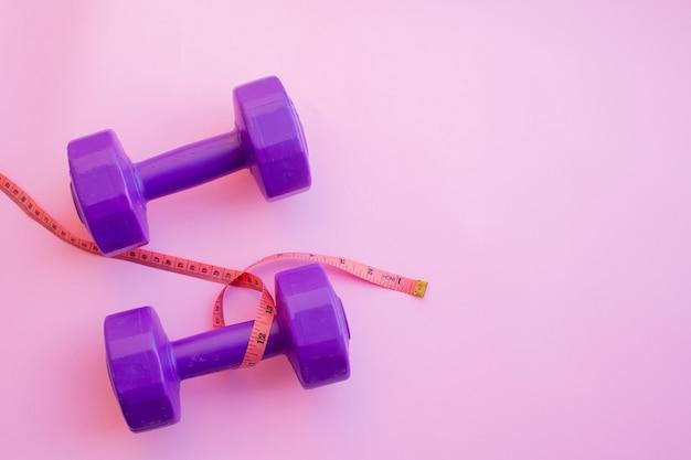 Haltères d'appareils de fitness sur fond de couleur. lay plat.