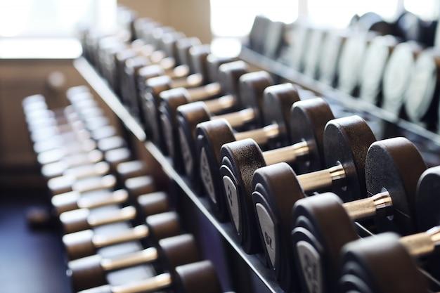 Haltères dans la salle de gym
