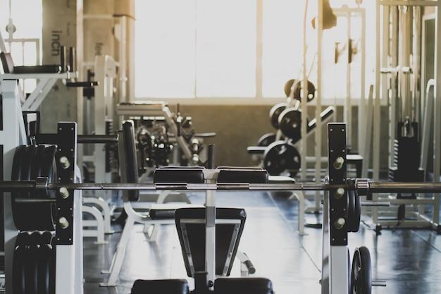 Haltères de différentes tailles, poids définis pour l'exercice dans le centre de remise en forme, l'exercice, la santé, le plan rapproché.
