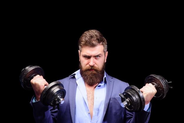 Haltères fitness sportif homme entraînement avec haltères haltérophilie homme barbu entraînement gym sport