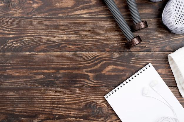 Haltères sur fond en bois