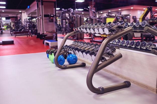 Haltères de sport poids à l'intérieur de la salle de gym