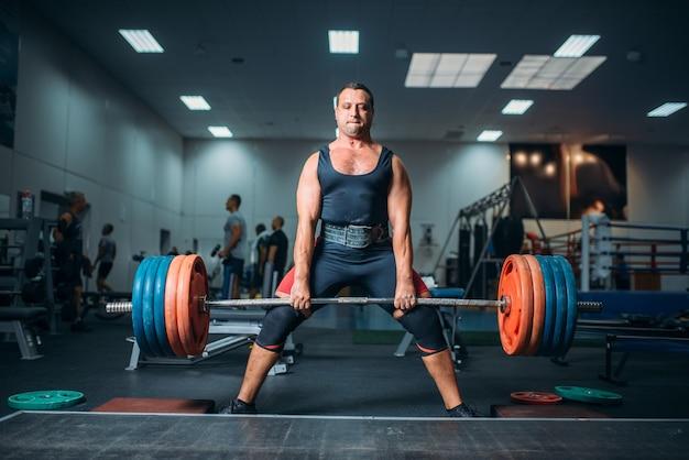 Haltérophile fort faisant de l'exercice avec haltères