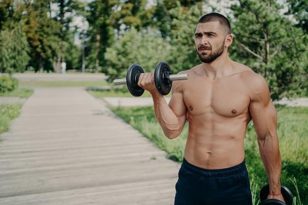 Haltérophile torse nu avec un poids lourd