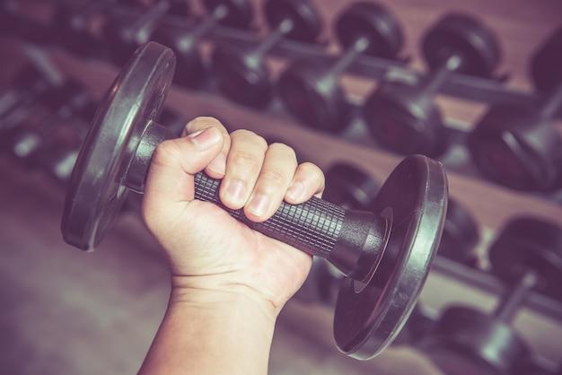 Haltérophilie et exercice dans le fitness, le sport sain, en forme et ferme