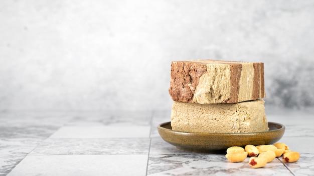 Halva de dessert sucré oriental savoureux à base de cacao et de tahini de graines de tournesol sur fond gris