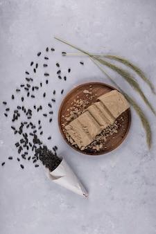 Halva du caucase à base de graines de tournesol sur un plateau en bois