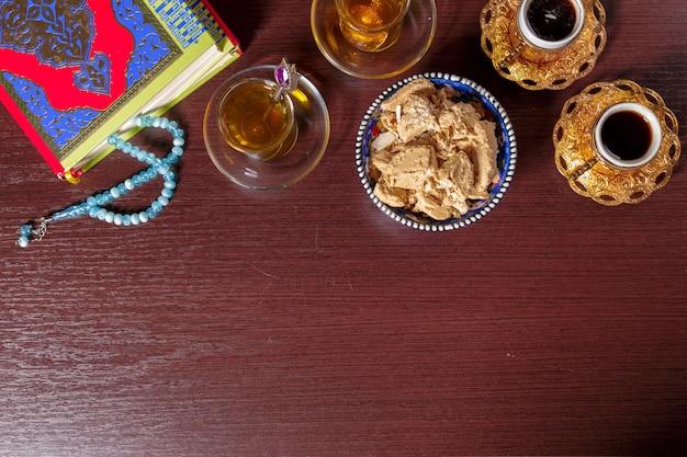 Halva savoureuse avec du thé sur la table