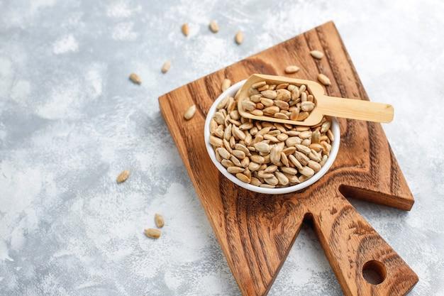 Halva de tournesol fait maison sur une planche à découper avec des graines de tournesol