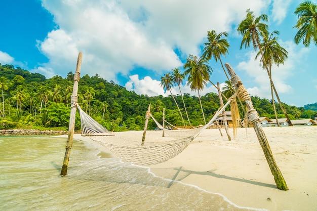 Hamac sur la belle plage tropicale