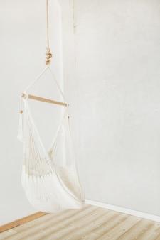 Hamac blanc confortable dans la salle blanche. intérieur minimaliste de la maison