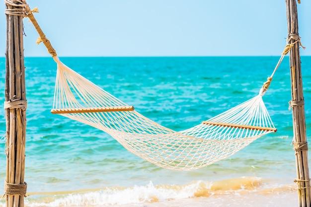 Hamac blanc vide autour de l'océan plage de la mer pour le concept de vacances de voyage de loisirs