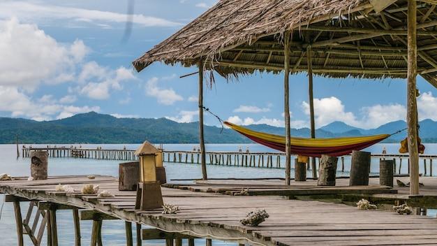 Hamac sur la station de plongée - kri island. raja ampat, indonésie, papouasie occidentale.